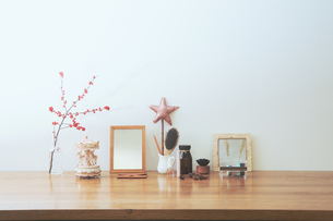 かわいい女の子のインテリアの飾りとオブジェクトのレイアウト。ステッキ、オルゴール、ピンクの淡いくすみ系カラー。の写真素材 [FYI04741363]