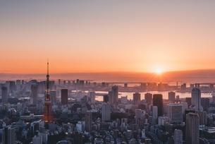 東京都心で眺める初日の出の写真素材 [FYI04741383]