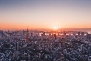 東京都心で眺める初日の出の写真素材 [FYI04741385]