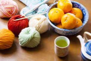 ミカンと編み物の写真素材 [FYI04741441]