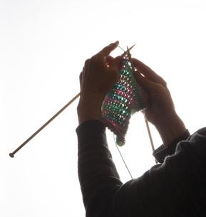 編物をする女性のシルエットの写真素材 [FYI04741451]