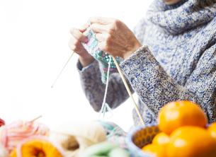 編み物をする女性の写真素材 [FYI04741454]