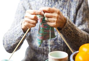 編み物をする女性の写真素材 [FYI04741455]