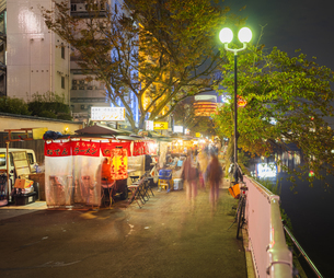 福岡県 風景 中洲屋台の写真素材 [FYI04741631]