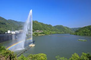 耶馬溪湖と噴水の写真素材 [FYI04741850]