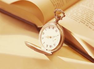懐中時計と本の写真素材 [FYI04741927]