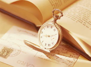 懐中時計と本とハガキの写真素材 [FYI04741928]