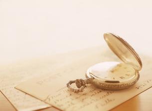 懐中時計とポストカードの写真素材 [FYI04741929]