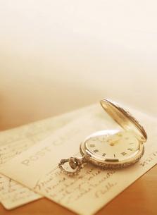 懐中時計とポストカードの写真素材 [FYI04741930]