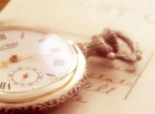 懐中時計とポストカードの写真素材 [FYI04741931]