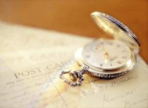 懐中時計とポストカードの写真素材 [FYI04741933]