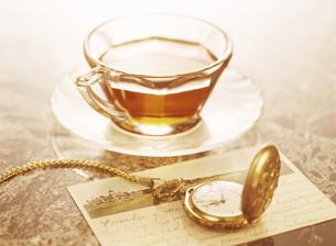 懐中時計と葉書と紅茶の写真素材 [FYI04741934]