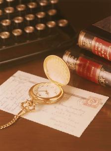 懐中時計とタイプライターの写真素材 [FYI04741935]