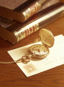 懐中時計と葉書と本の写真素材 [FYI04741936]
