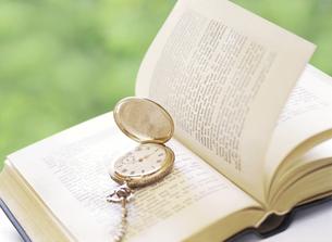 懐中時計と本の写真素材 [FYI04741937]