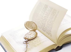 本と懐中時計の写真素材 [FYI04741938]