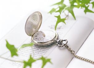 懐中時計と本の写真素材 [FYI04741939]