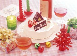クリスマスケーキとワインの写真素材 [FYI04741951]