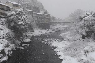 郡上八幡・吉田川の雪景色の写真素材 [FYI04741960]