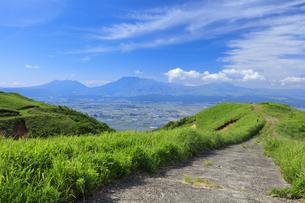 阿蘇外輪山より望む阿蘇山の写真素材 [FYI04741971]
