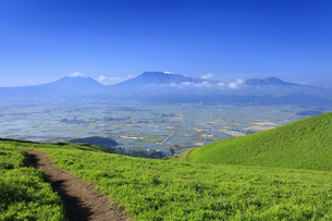 大観峰より望む阿蘇山の写真素材 [FYI04741975]