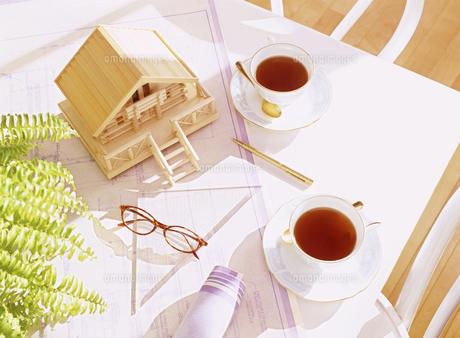 設計図と住宅模型の写真素材 [FYI04742135]