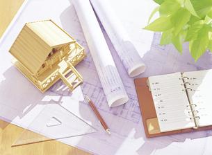 設計図と家の模型の写真素材 [FYI04742137]