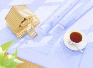住宅模型と設計図とコーヒーの写真素材 [FYI04742138]