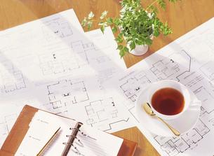 間取り図と手帳と紅茶の写真素材 [FYI04742139]