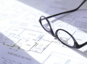 間取り図とメガネの写真素材 [FYI04742146]