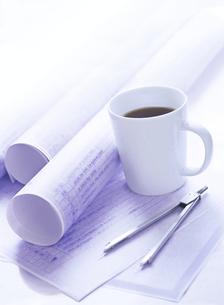 設計図とコーヒーの写真素材 [FYI04742153]