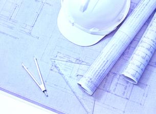 設計図とヘルメットの写真素材 [FYI04742155]