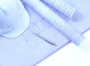 設計図とヘルメットの写真素材 [FYI04742156]