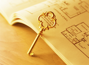 鍵と間取り図の写真素材 [FYI04742170]