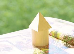 積み木の家と雑誌の写真素材 [FYI04742174]