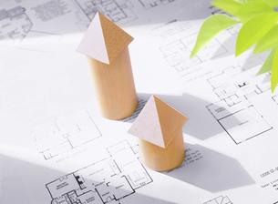 間取り図と積み木の家の写真素材 [FYI04742176]