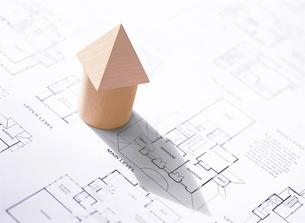 間取り図と積み木の家の写真素材 [FYI04742177]