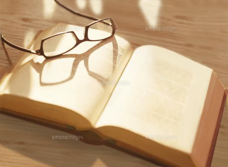 本とメガネの写真素材 [FYI04742178]