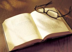本の上の眼鏡の写真素材 [FYI04742179]