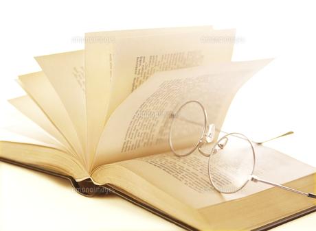 本のページとメガネの写真素材 [FYI04742180]