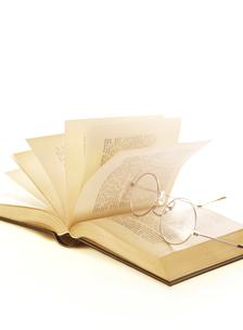 本のページとメガネの写真素材 [FYI04742181]