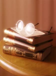 3冊の本とメガネの写真素材 [FYI04742183]