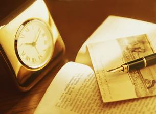 時計と本と万年筆の写真素材 [FYI04742184]