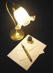 スタンドと万年筆と便箋の写真素材 [FYI04742185]