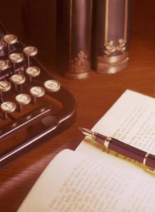 タイプライターと万年筆の写真素材 [FYI04742186]