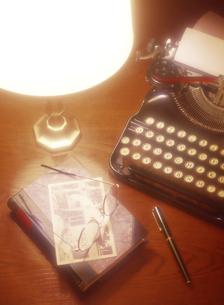 タイプライターと本と万年筆の写真素材 [FYI04742187]