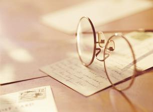 メガネとポストカードの写真素材 [FYI04742188]