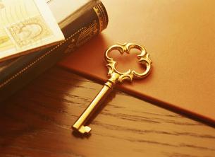鍵と本と切手の写真素材 [FYI04742191]