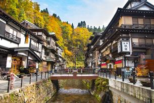 秋の銀山温泉の写真素材 [FYI04742256]