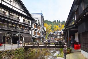秋の銀山温泉の写真素材 [FYI04742257]